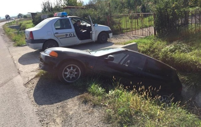 Tânăr de 19 ani, fără permis, s-a răsturnat cu maşina în �