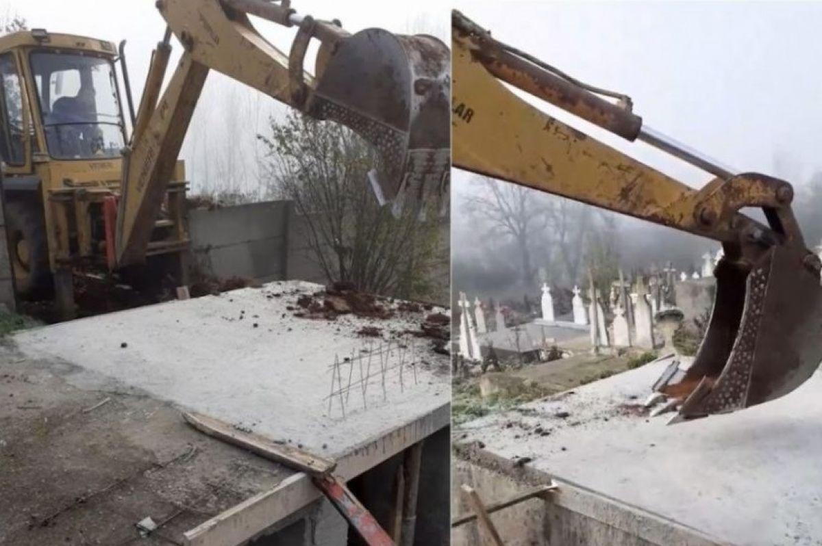O primărie sapă gropile morților COVID cu excavatorul, pentru