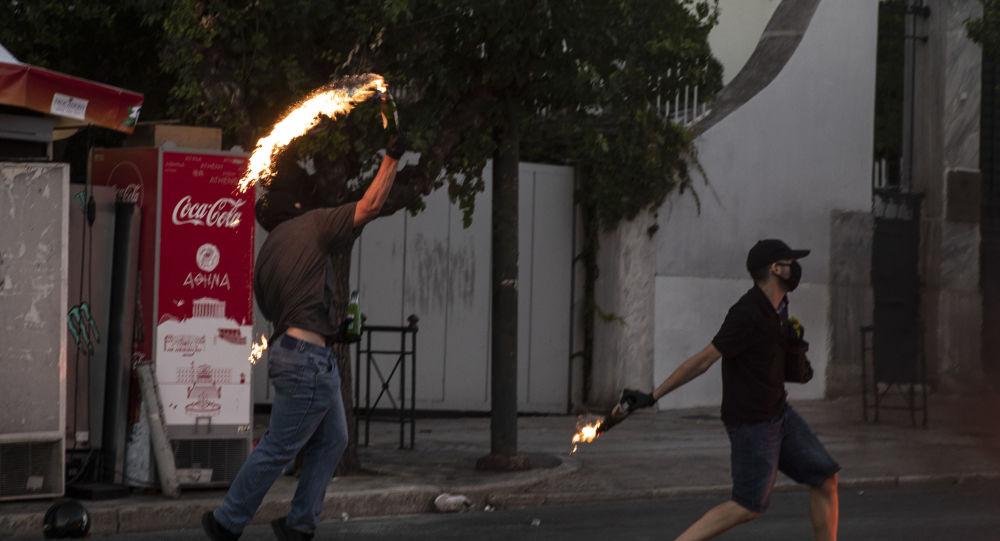 Cocktailuri Molotov - grecii revoltați împotriva interzicerii adunărilor publice