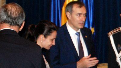 """SEFA DIICOT, INGROPATA DE SOT – Giorgiana Hosu nu a mai asteptat sa fie revocata din functie de Klaus Iohannis. Hosu a demisionat de la conducerea DIICOT dupa ce sotul sau Dan Hosu a fost condamnat la 3 ani inchisoare cu suspendare. Inainte de demisie, Giorgiana Hosu s-a vazut cu ministrul Justitiei Catalin Predoiu: """"Demisia a fost motivata de preocuparea de a proteja credibilitatea institutiei"""". Interimatul la conducerea DIICOT va fi asigurat de adjuncta Oana Daniela Patu SEFA DIICOT, INGROPATA DE SOT – Giorgiana Hosu nu a mai asteptat sa fie revocata din functie de Klaus Iohannis. Hosu a demisionat de la conducerea DIICOT dupa ce sotul sau Dan Hosu a fost condamnat la 3 ani inchisoare cu suspendare. Inainte de demisie, Gi"""