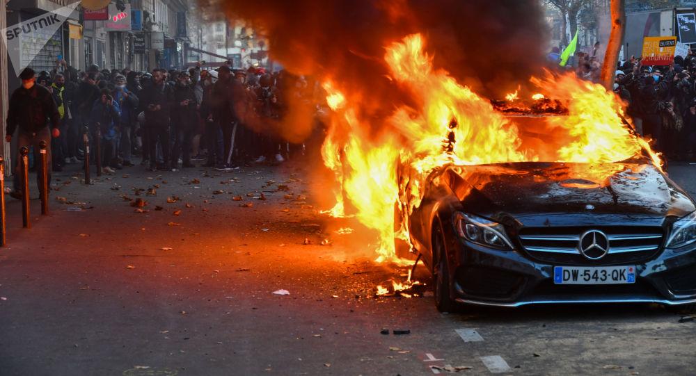 Fum, flăcări, vitrine distruse: protestele din Paris - Foto