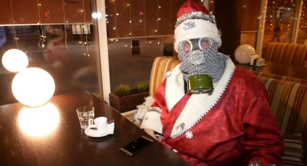Moș Crăciun în mască anti-gaz: Cum rezistă actorii în vreme