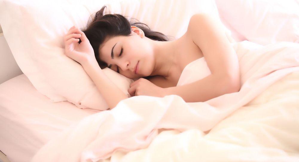 Expert, despre pericolul dormitului cu telefonul sub pern?