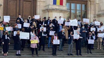 PROTEST PENTRU ROBERT � Peste 100 de avocati au manifestat pe tre