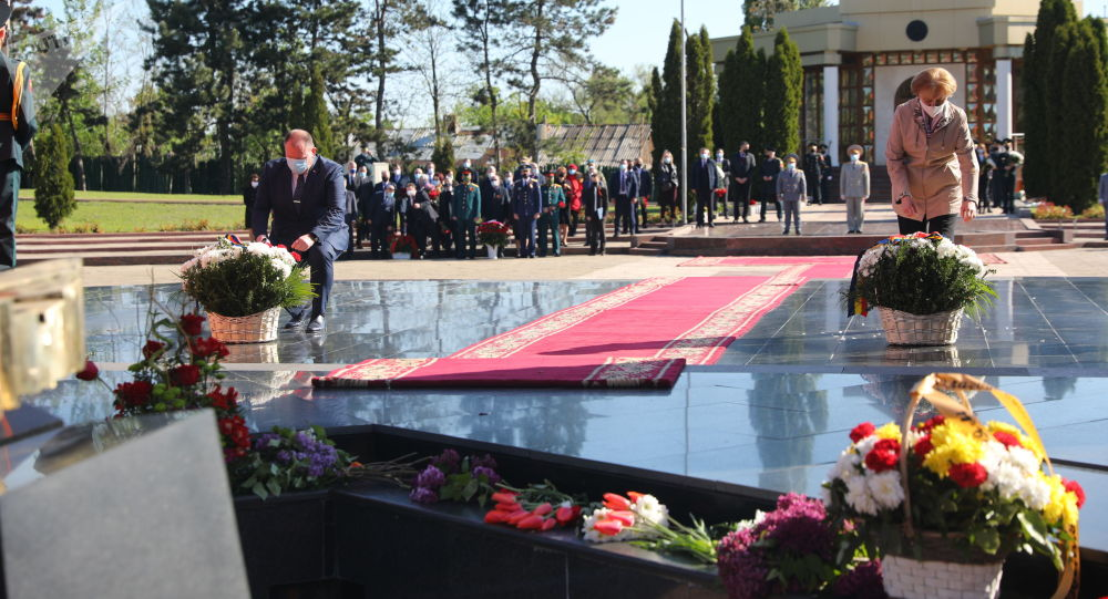 Flori în memoria eroilor căzuți în Marele Război pentru Apă